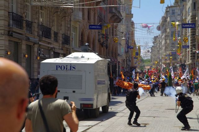Police_fires_off_tear_gas_in_Taksim